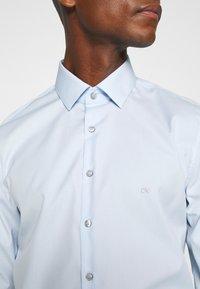 Calvin Klein Tailored - CONTRAST FLOWER PRINT SLIM - Formal shirt - blue - 6