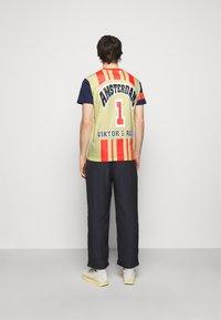 Viktor&Rolf - PRINTED - T-shirt z nadrukiem - yellow - 2