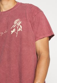 Mennace - IN MY DREAMS - T-shirt con stampa - oxblood - 4