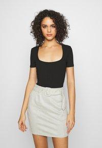 Missguided - T-shirt basique - camel/black/white - 1