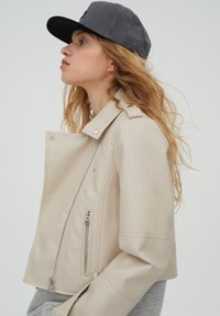 PULL&BEAR - Giacca in similpelle - beige - 3