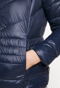 Vero Moda Curve - VMSORAYASIV SHORT JACKET CURVE - Light jacket - navy blazer