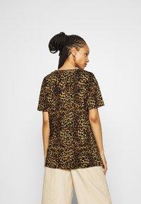 River Island - Print T-shirt - brown/black - 2