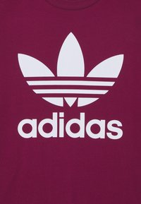 adidas Originals - TREFOIL TEE - T-shirt con stampa - power berry/white - 6