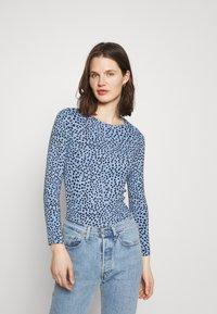 Marks & Spencer London - CHEETAH - Langærmede T-shirts - light blue - 0