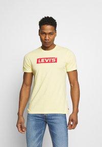 Levi's® - BOXTAB GRAPHIC TEE UNISEX - Camiseta estampada - yellows/oranges - 0