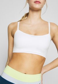 Nike Performance - INDY LUXE BRA - Sujetadores deportivos con sujeción ligera - summit white/platinum tint - 4