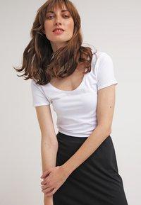 Zalando Essentials - 2 PACK - T-shirt basic - white - 2