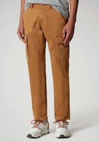 Napapijri - MOTO - Cargo trousers - chipmunk beige - 0