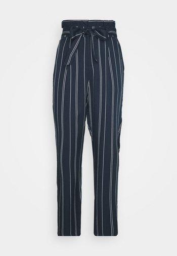VMEVA LOOSE PAPERBAG STRIPE PANT - Pantaloni - navy blazer/birch