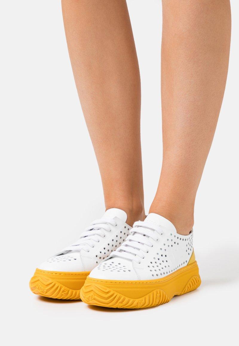 N°21 - GYMNIC BONNIE - Sneakersy niskie - white/yellow