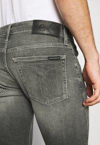 Calvin Klein Jeans - SLIM - Jeans slim fit - visual grey - 5