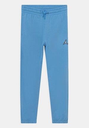 ESSENTIALS - Pantaloni sportivi - university blue