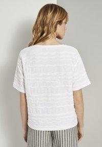 TOM TAILOR - TOM TAILOR T-SHIRT OVERSIZED-T-SHIRT MIT STRUKTURMUSTER - Print T-shirt - whisper white - 2