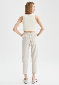 DeFacto - Pantaloni sportivi - ecru - 2