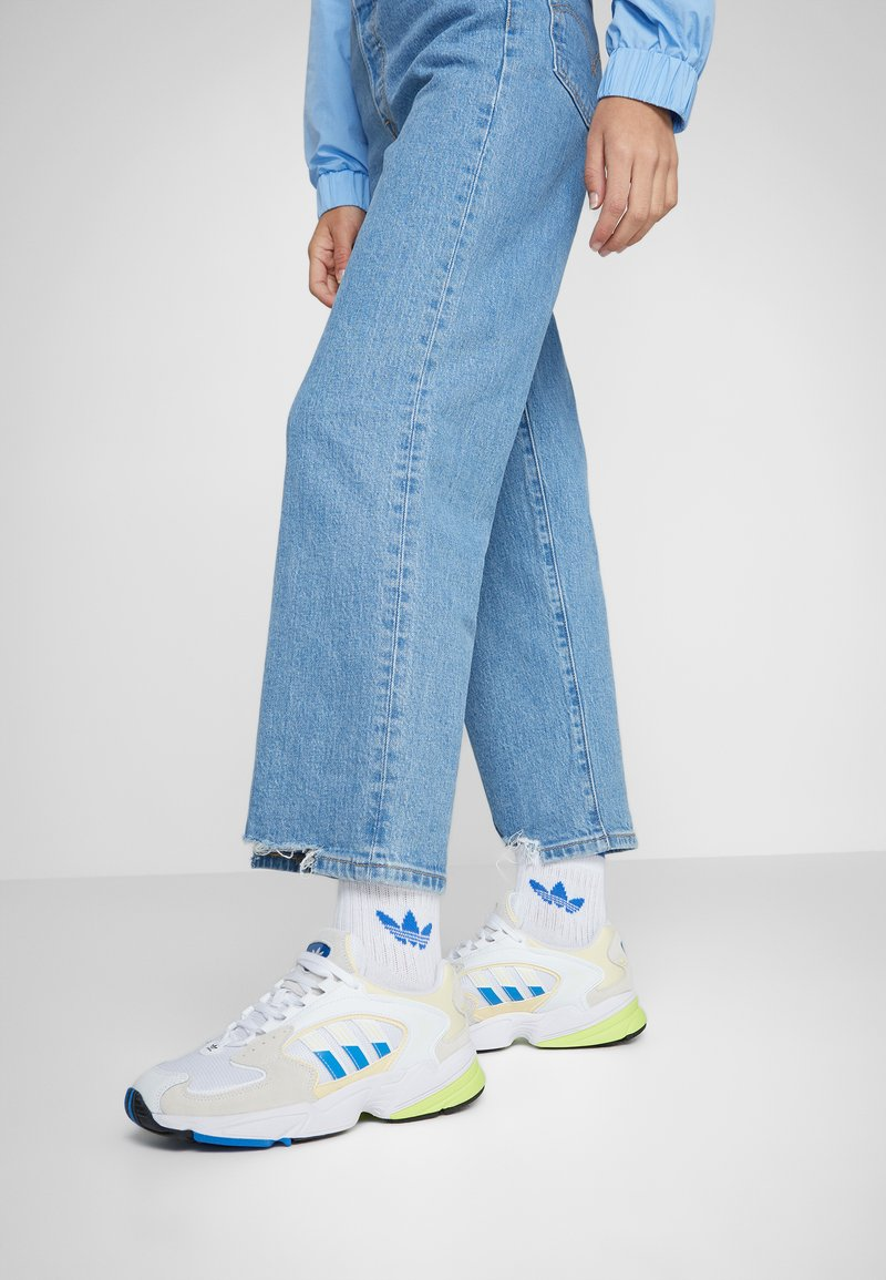 adidas Originals - FALCON 2000 - Joggesko - offwhite/blue bird/footwear white