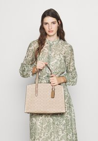 Coach - CHARLIE CARRYALL - Kabelka - sand taupe - 3