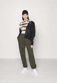 Nike Sportswear - Mikina na zip - black/white - 1