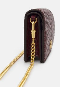 Tory Burch - WALKER EMBOSSED NANO WALLET ON CHAIN - Taška s příčným popruhem - claret - 3