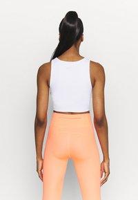 Nike Performance - TANK FEMME  - Funktionsshirt - white/bright mango/grey fog - 2