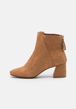 WIDE FIT BRICKS SQUARE TOE FLARED BLOCK HEEL BOOT - Classic ankle boots - tan