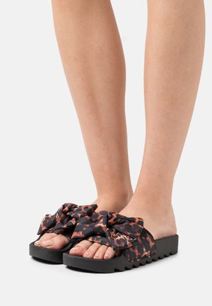 SLIDE PRINTED BOW - Mules - black/brown