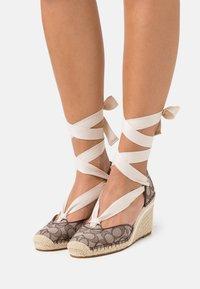 Coach - CARMEN JACQUARD  - Platform heels - oak - 0