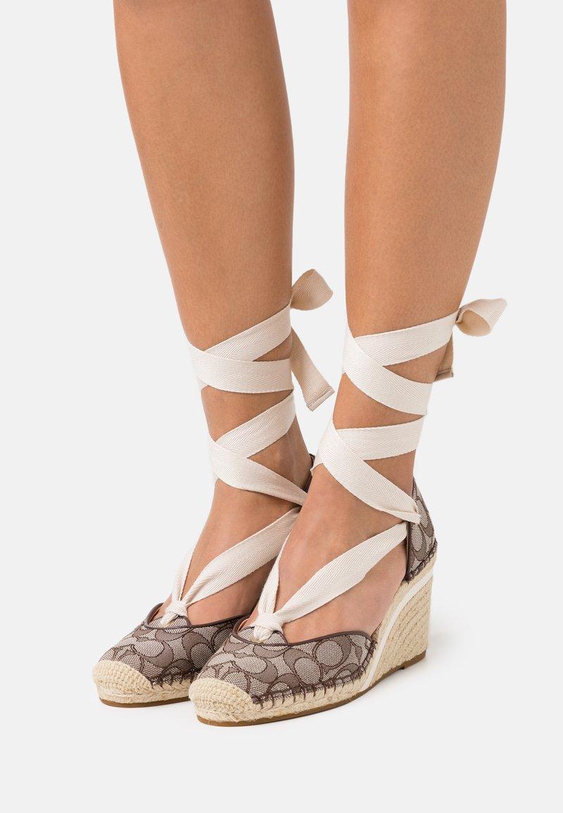 Coach - CARMEN JACQUARD  - Platform heels - oak