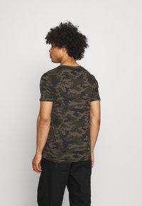 Brave Soul - GECKO - Print T-shirt - khaki/jet black/optic white - 2