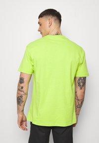 Chi Modu - SHOOK ONES - Triko spotiskem - neon green - 2