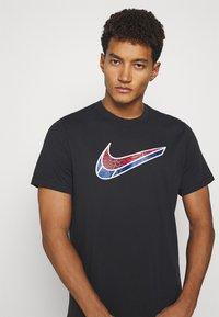 Nike Performance - MASH TEE - T-shirt med print - black - 3