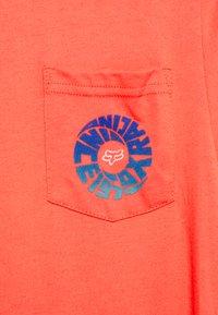 Fox Racing - REVOLVER POCKET TEE - Print T-shirt - atomic punch - 2