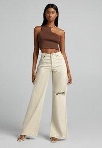 Bershka - Jeans a zampa - sand - 1