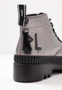 KARL LAGERFELD - TREKKA BRUSH LOGO HIKER - Boots à talons - dark metal - 2
