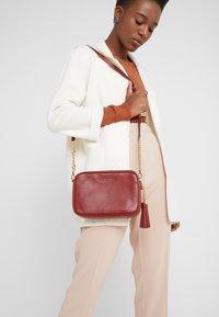 MICHAEL Michael Kors - JET SET CAMERA BAG MERCER PEBBLE - Across body bag - brandy - 1