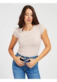 Guess - LOGO STRASS - Print T-shirt - hellrose - 0