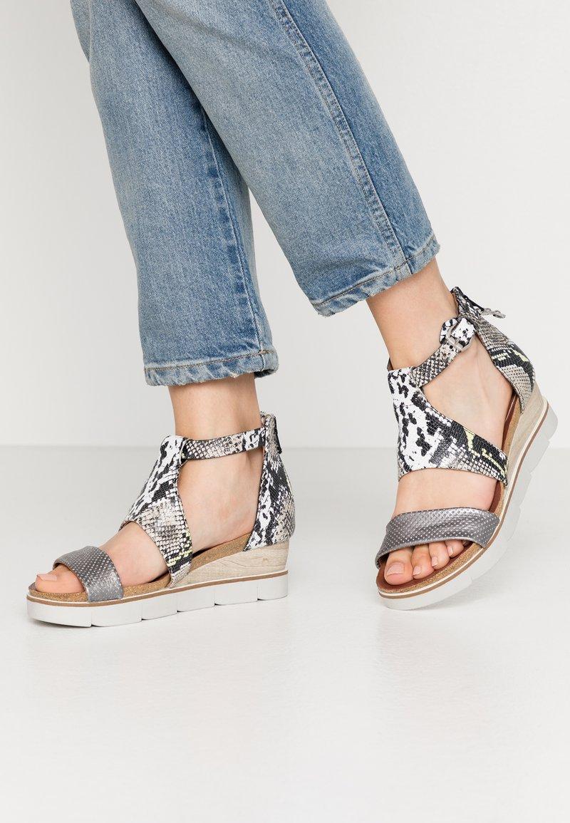 MJUS - Sandály na platformě - khaki