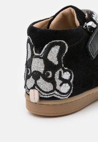 Shoo Pom - KIKKI BULLDOG - Chaussures premiers pas - black/silver - 5