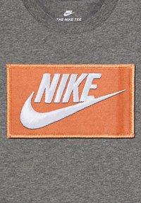 Nike Sportswear - FAUX FUTURA PATCH TEE - Print T-shirt - carbon heather - 2