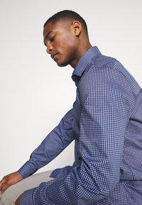 Calvin Klein Tailored - CHECK EASY CARE - Formal shirt - navy - 3