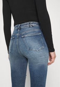 Calvin Klein Jeans - HIGH RISE SKINNY - Skinny džíny - denim medium - 3