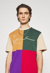 Karl Kani - SIGNATURE BLOCK TEE UNISEX - Print T-shirt - sand - 3