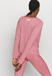 Puma - PAMELA REIF X PUMA COLLECTION OVERLAY CREW - Camiseta de manga larga - mesa rose - 2