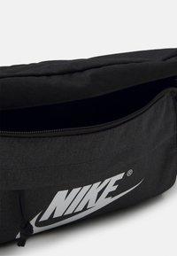 Nike Sportswear - TECH WAISTPACK UNISEX - Ledvinka - black/anthracite/white - 2