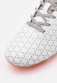 Umbro - VELOCITA V CLUB FG - Moulded stud football boots - white/carrot/frost gray - 5