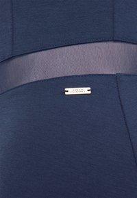 Armani Exchange - VESTITO - Pouzdrové šaty - blueberry jelly - 2