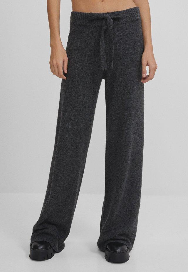 MIT WEITEM BEIN - Pantalon classique - grey
