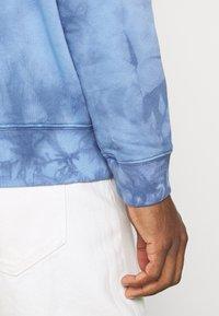 GAP - MINI LOGO - Hoodie - blue tie dye - 4