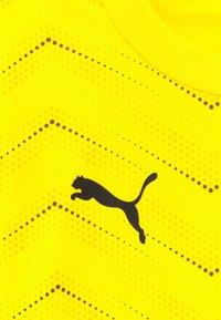 Puma - FTBLNXT GRAPHIC CORE - T-shirt imprimé - ultra yellow/black - 3