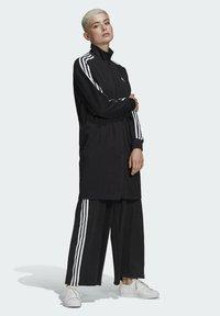 adidas Originals - LONG ADICOLOR CLASSICS PRIMEBLUE TRACK JACKET - Kurtka sportowa - black - 1